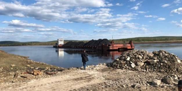 Дневник навигации: На Амге продолжается выгрузка каменного угля